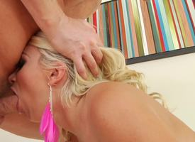 Big-buttied bitch can't stand without deepthroat surprisingly to anal mating